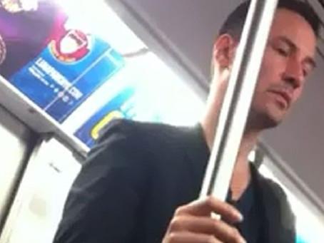 Keanu Reeves laisse sa place dans le métro pour une femme et le moment fait le buzz