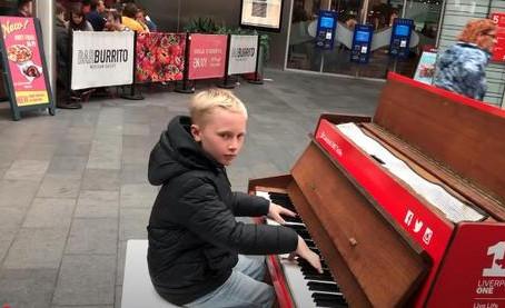 Un petit garçon interprète une mélodie si harmonieuse qu'elle engendre une foule énorme et ébahie !