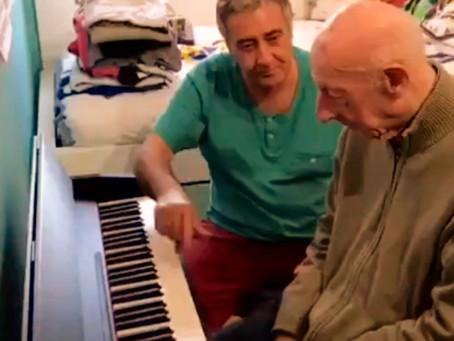 Le grand-père de 101 ans ne se souvient de personne mais joue parfaitement du piano.
