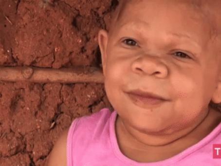 """Le cas curieux de Maria Audete, le """"bébé"""" qui vit depuis 35 ans dans une petite maison en boue !"""