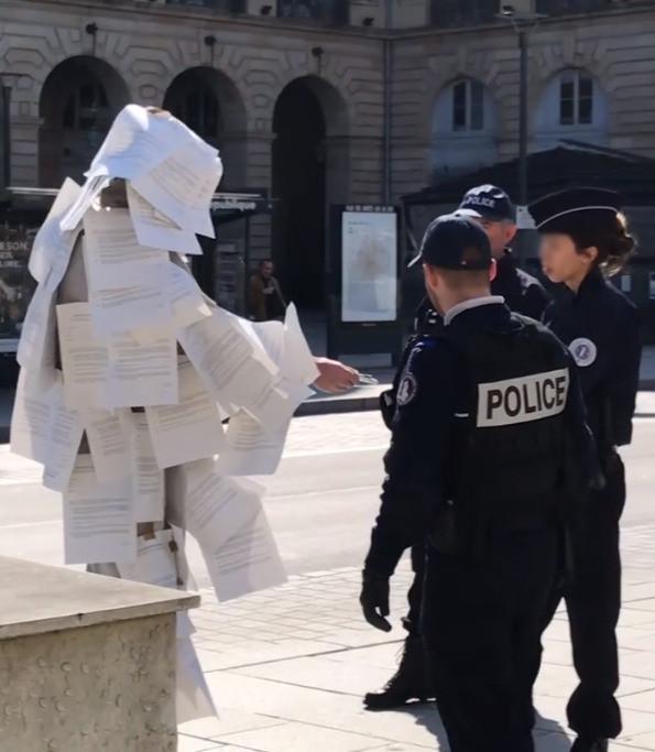 L'artiste Maxime Matthys s'est fait contrôler à Rennes alors qu'il était recouvert de 150 attestations de déplacement dérogatoire. (capture vidéo M. Matthys)