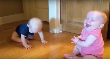 Des jumeaux en pleine conversation filmés par leur mère qui ne peut pas s'empêcher de rire