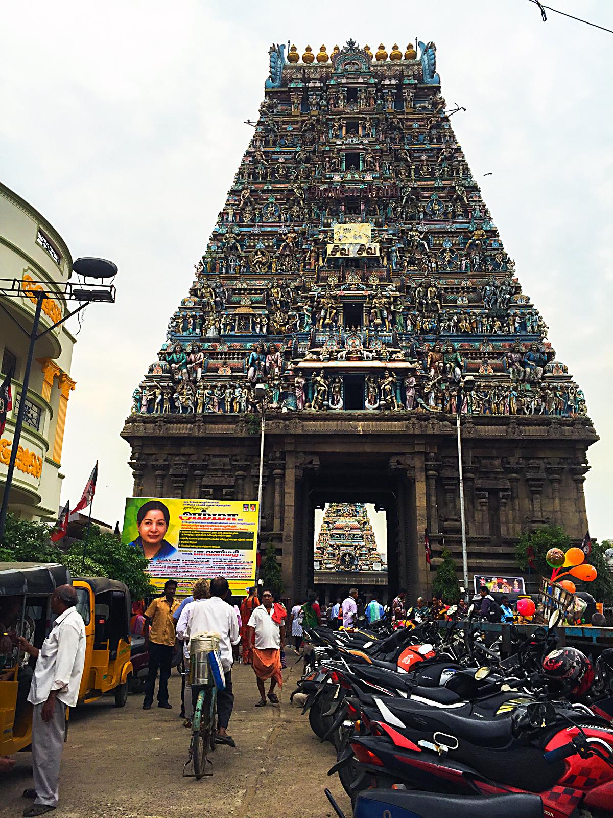 INDIEN Chennai Menschen Tempel FINEST-onTour 1952.jpg