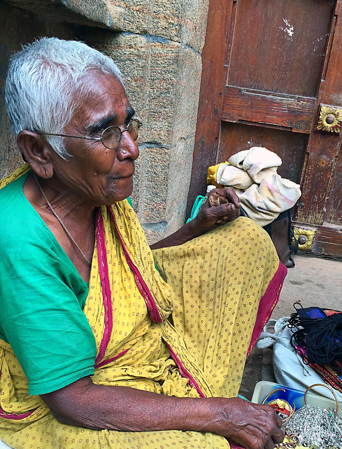 INDIEN Chennai Kanchipuram Tempel Menschen Tempel FINEST-onTour 2135.jpg