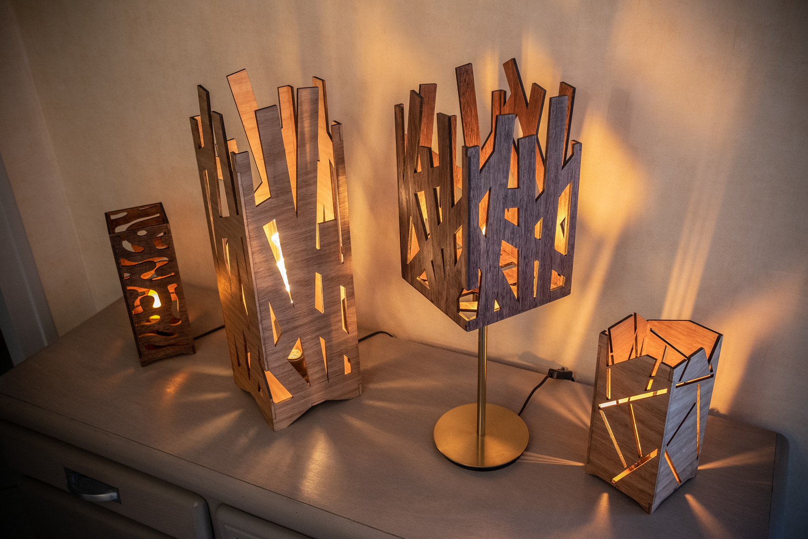 Luminaires graphiques en Eucalyptus