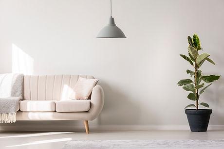 Różowa sofa - projekt mieszkania