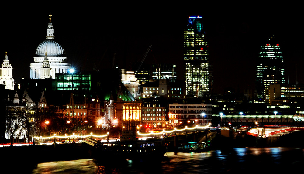 London_night_skyline_(429510111).jpg
