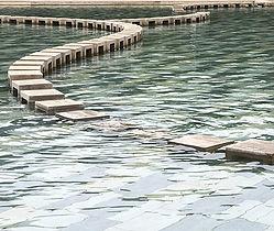 Stepping Stones, die durch eine Wasserfläche führen, teilweise unter Wasser