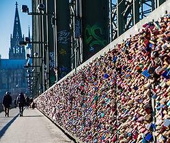 Hohenzollernbrück in Köln mit Blick auden Schlössern den Dom und den Schlössern im Vordergrund