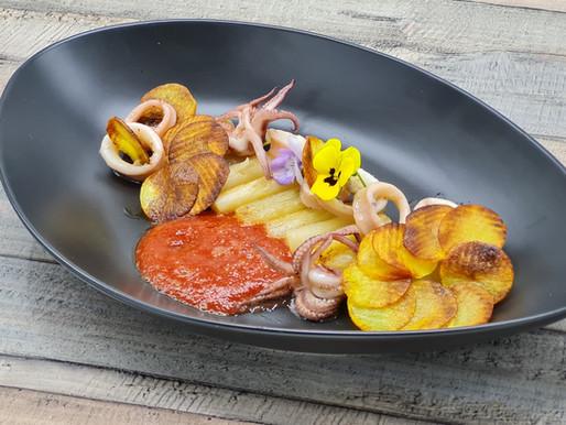 In Butter pochierte Calamari mit Rösti, Schwarzwurzeln und Tomaten-Vanille- Jus