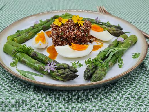 Salat von grünem Spargel mit roter Quinoa
