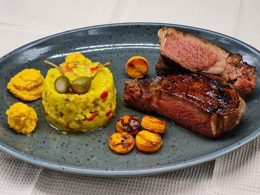 Lackiertes Rib-Eye-Steak vom Wasserbüffel, Safran-Fregola Sarda und zweierlei Süßkartoffel