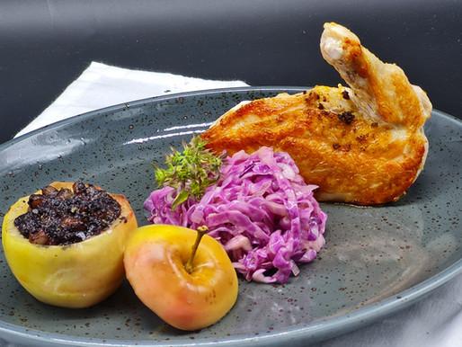 Supreme vom Hühnchen, mit Blutwurst gefüllter Bratapfel und Salat vom roten Spitzkohl