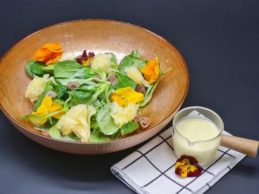 Feldsalat mit Kartoffeldressing, confierte Hühnerherzen und Tête de Moine