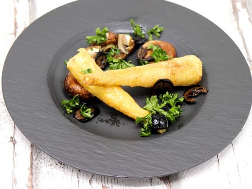 Geräucherte Pastinake mit Pilzen und schwarzen Nüssen