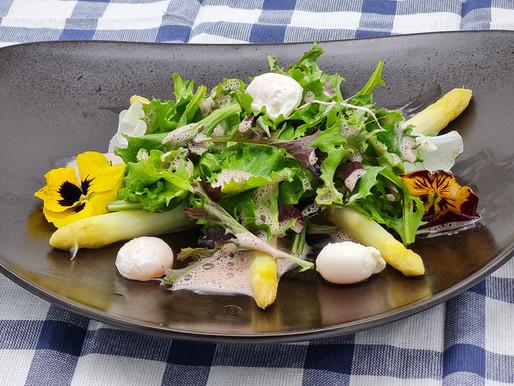 Spargel-Wildkräuter-Salat mit Holunder-Balsam-Dressing und pochierten Wachteleiern
