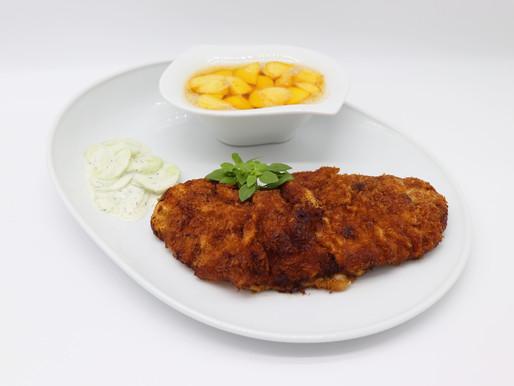 Kalbsschnitzel mit Butter-Kartoffeln und Rahm-Gurkensalat