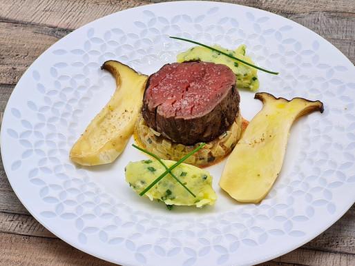 In Rotwein pochiertes Rinderfilet auf Kräuterseitlingen, Kartoffel-Schnittlauch-Püree