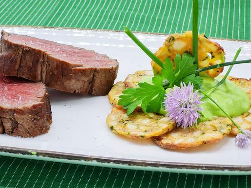 Dry Age Chateaubriand mit krossem Semmelknödel und Kopfsalat-Schnittlauch-Creme