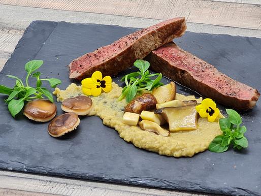 Dry aged Kotelett mit Auberginen-Püree und Pilzen