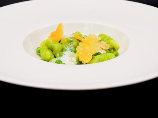 Erbsen-Gnocchi mit Käse-Spänen und Zwiebel-Schaum