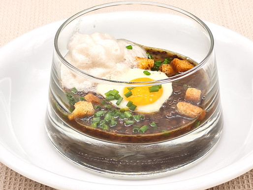 Beluga-Linsen-Salat mit kräftigem Brotsud, Wachtelei und Räucheröl-Schaum