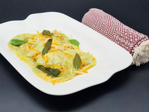 Ravioli mit dreierlei Käse und Spinat in brauner Salbei-Butter