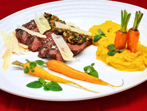 Rosa gebratenes Onglet mit Chimichurri und Karotten-Mousseline