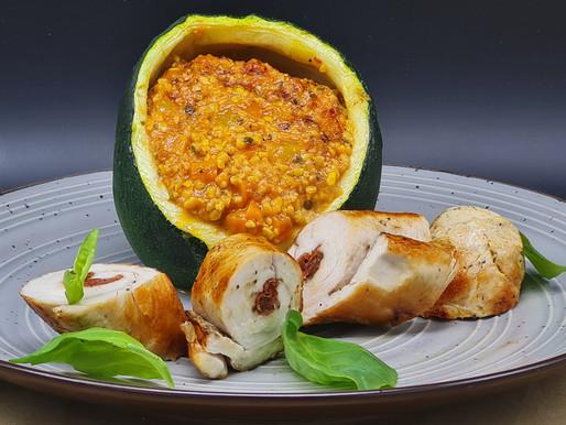 Hühnchenfilet-Chorizo-Röllchen, mit Lupine und Gemüse gefüllter Kugel-Zucchino