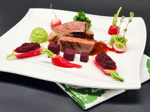 Entrecôte vom irischen Black Angus, mit Rote-Bete-Püree gefüllte Radieschen, zweierlei Brokkoli