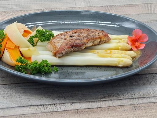 Rückensteak vom Iberico-Schwein mit weißem Spargel, Gemüse-Bandnudeln und cremigem Kalbsjus