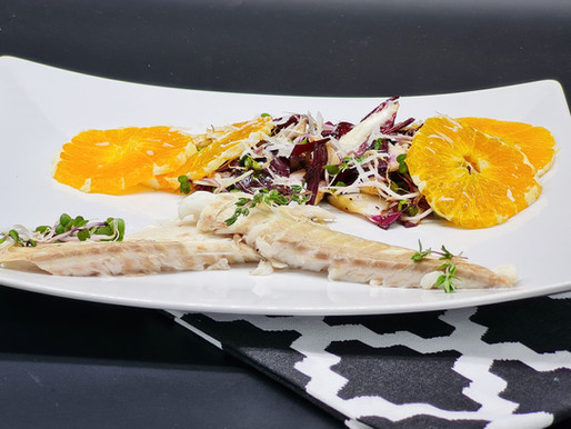 Wolfsbarsch in der Salzkruste mit Trevisano-Orangen-Salat