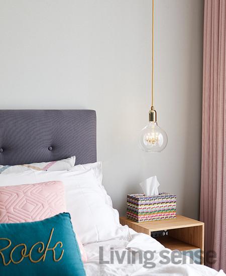 무겁지 않은 회색으로 벽을 칠하고 핑크 색상 패브릭과 골드 색상 조명으로 포인트를 줬다.
