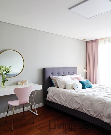 둘째 딸의 방. 침대와 패브릭은 바이트디자인.