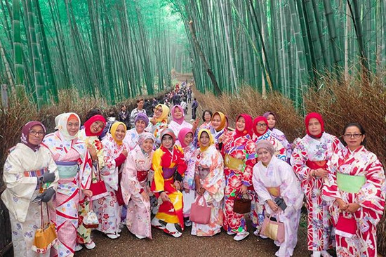 The most iconic Place in #kyoto is here in Arashiyama Bamboo Grooves while wearing Traditional Japanese kimono 😍