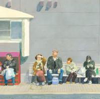 バス停で待つ人々