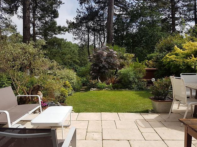 Jardin et jacuzzi maison en face du golf d'Hardelot vendue par Story's Immobilier.