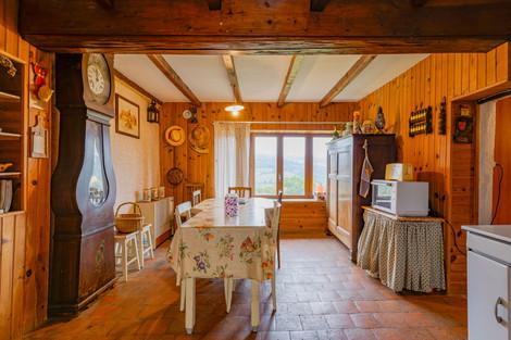 Salle à manger dans à rénover proche de Cluny avec vues dégagées sur le Limouzin et le lac de Saint-Point