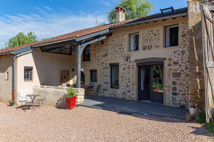Cour maison vendue dans proche de Cluny secteur Valouzin par Story's Immobilier