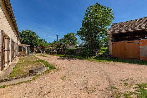 Cour maison vendue aux portes du charolais St Bonnet par Story's immobilier