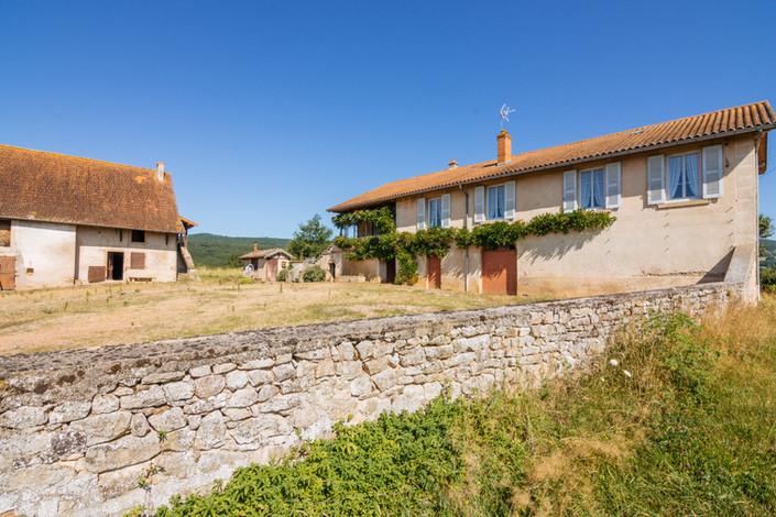 Mur et cour en pierre ferme rénovée vendue proche de Cluny par Story's immobilier
