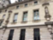 façade immeuble paris style empire statue fenêtre
