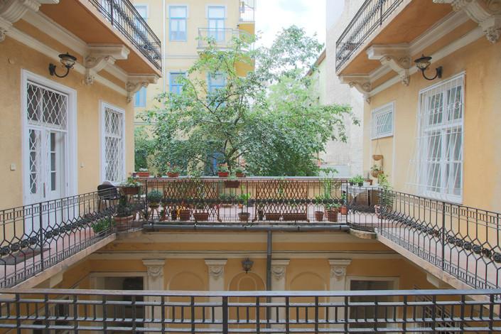 Cour d'immeuble appartement rue Maria Budapest vendu par Story's Immobilier