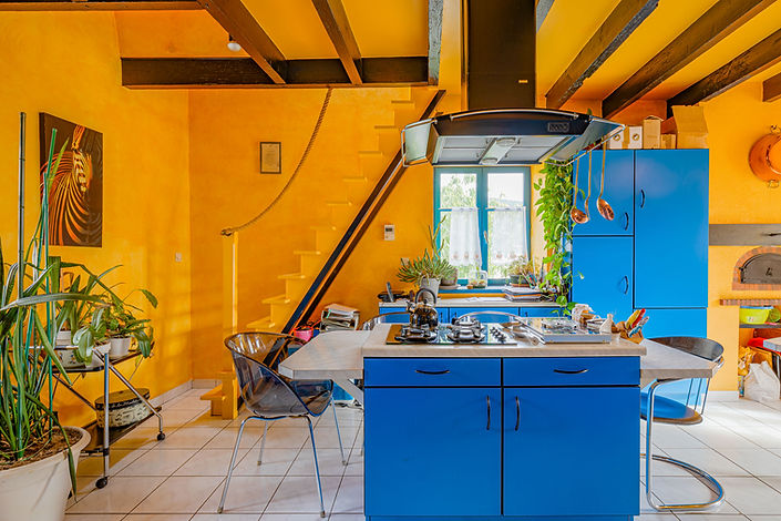 Cuisine dans belle maison à vendre au centre de Cluny par Story's