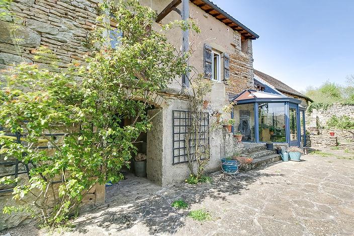 Façade en pierre ferme rénovée vendue proche de Cluny par Story's immobilier