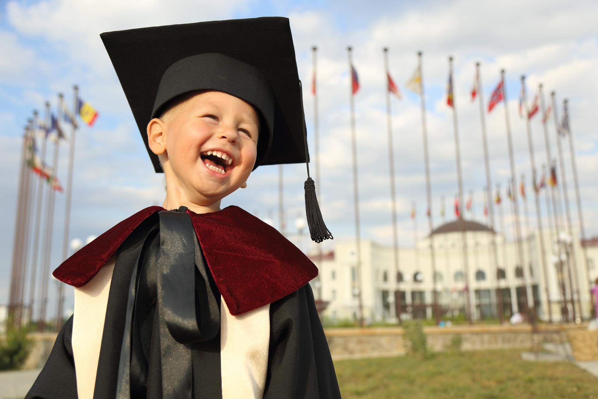 Niño en Traje de graduación