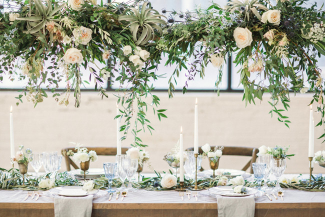 trend 2018 bloemstukken boven de dinertafels - weddingplanner
