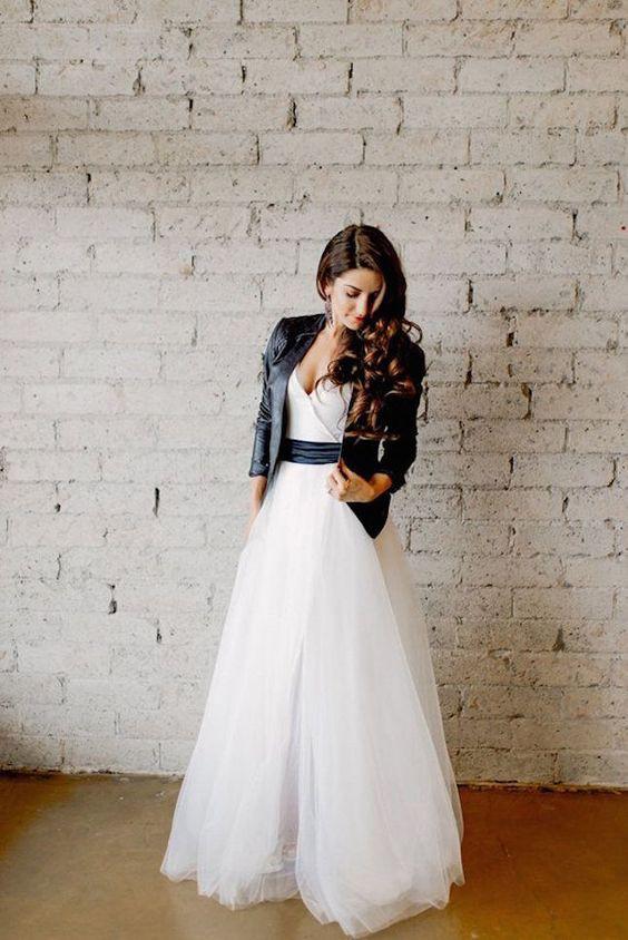 2018 trouwjurk trend - Een spijker- of leren jas over de trouwjurk