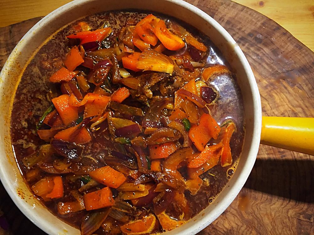 Topf mit Gemüse in Soße
