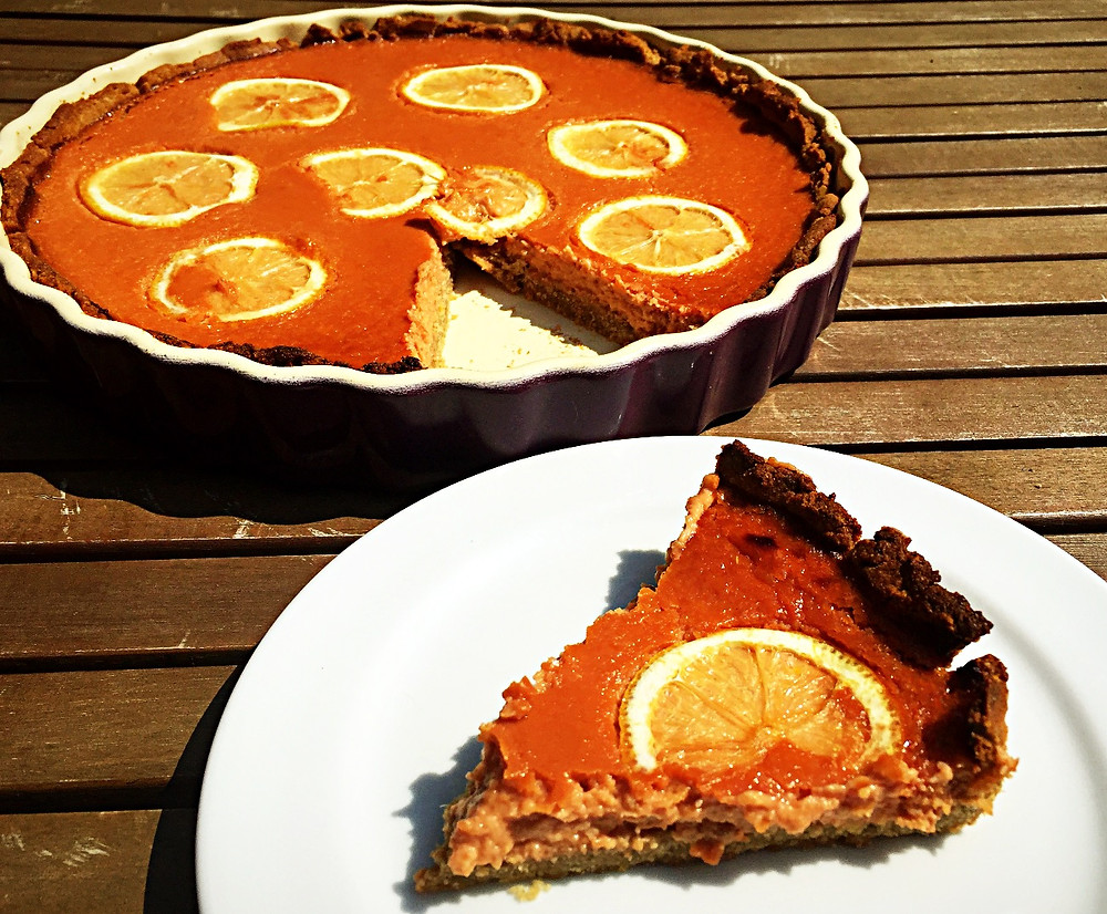 Ein Stück Kuchen ist aus der Tart schon ausgeschnitten und liegt Verführerisch auf einem Teller